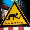 Kelio ženklas prie baro